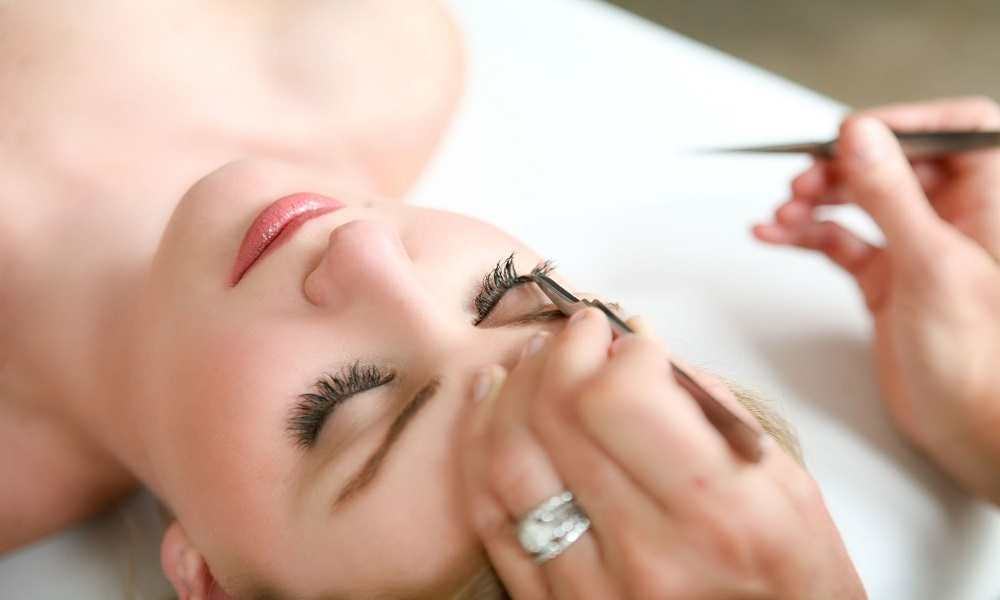 6 Dangers of Fake Eyelashes You Can Avoid With One Two Lash